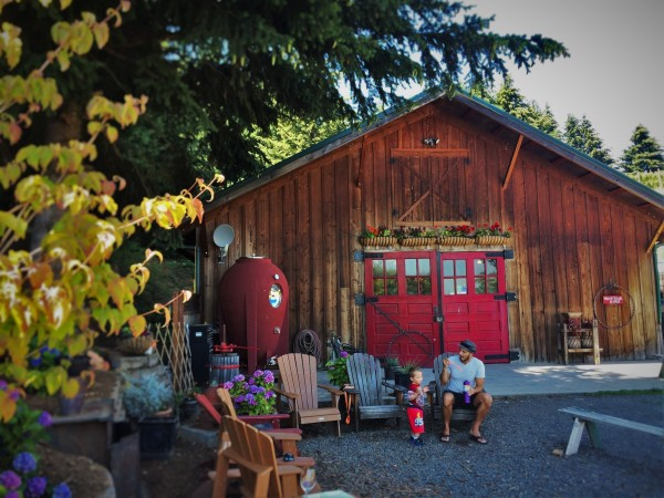 Rob-Taylor-and-TinyMan-Family-Friendly-wine-tasting-at-AniChe-Cellars-Underwood-Columbia-River-Gorge-2